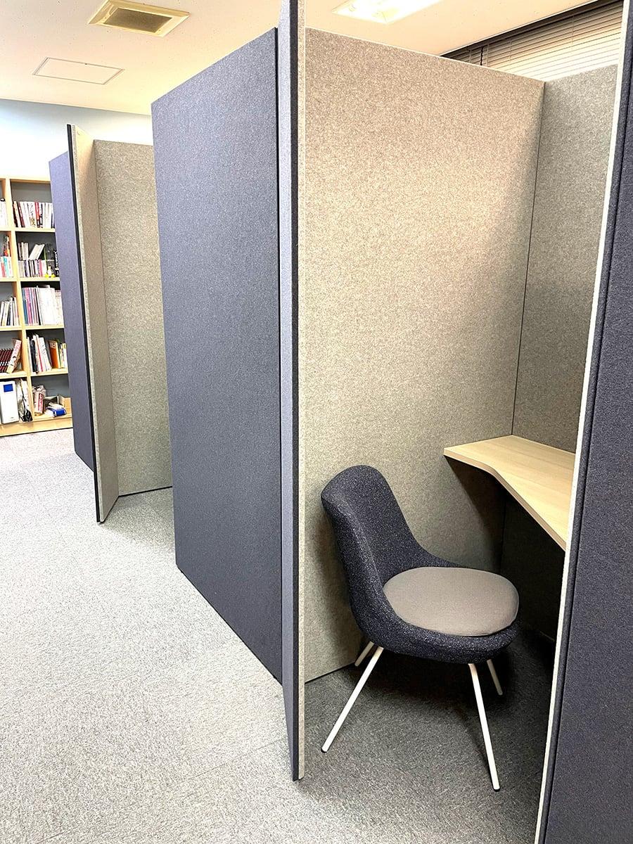 換気性を考えながら、壁の材質や配置によって防音にも配慮した個人ブース。